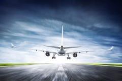 Pasażerski samolot bierze daleko na pasie startowym Obrazy Royalty Free