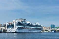 Pasażerskiego statku Diamentowy Princess w portowym Vladivostok Wschodni (Japonia) morze Rosja 02 09 2015 Obraz Stock