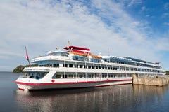 Pasażerskiego statku pozycja przy molem na wyspie Valaam Obrazy Royalty Free