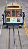 Pasażery jedzie na wagonie kolei linowej na stromym wzgórzu w San Fransisco, C Fotografia Royalty Free