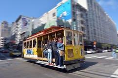 Pasażery jedzie na wagonie kolei linowej w San Fransisco, CA Obrazy Royalty Free