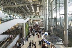 Pasażery przy przyjazdowym concourse Bangkok lotnisko Zdjęcie Stock