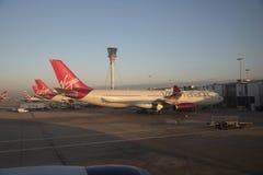 Pasażery samolotu odrzutowego na terminal stojaku przy LHR Obrazy Stock