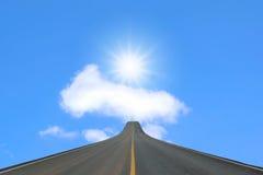 Pasa ruchu blacktop odizolowywający na niebieskim niebie zdjęcie royalty free
