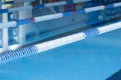Pasa ruchu markier pociesza i pływacki basen Fotografia Royalty Free