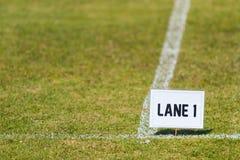 Pasa ruchu 1 znak na trawy polu dla szkoła podstawowa zawody atletyczni Obrazy Royalty Free