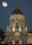 Pasadena-Stadt Hall Moonrise Stockfotos
