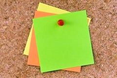 Pasador coloreado espacio en blanco apilado del post-it fotos de archivo
