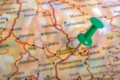Pasador verde en un mapa turístico Fotografía de archivo