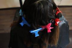 Pasadores coloridos en pelo imágenes de archivo libres de regalías