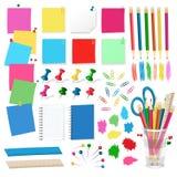 Pasadores, pernos, chinchetas, etiquetas engomadas de papel, lápices - vector de los materiales de oficina en el fondo blanco Imagen de archivo