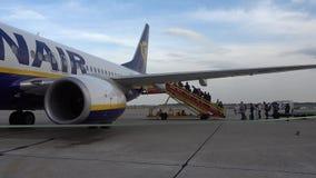 Pasażery wsiada na samolocie niski koszt linii lotniczej firma Ryanair zbiory wideo