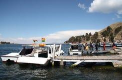 Pasażery wsiadają turystyczną łódź przy Titicaca jeziorem, Boliwia Zdjęcia Royalty Free