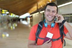 Pasajero étnico que llama por el teléfono de la estación Imagenes de archivo