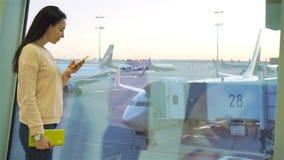 Pasajero de la línea aérea en un avión del vuelo del salón del aeropuerto que espera para Charla caucásica de la mujer por el tel almacen de video