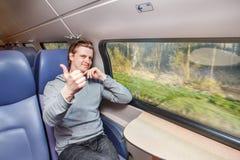 Pasajero en el tren que muestra el pulgar para arriba Fotografía de archivo libre de regalías