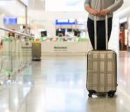 Pasajero femenino con el bolso del viaje fotografía de archivo libre de regalías