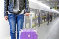Pasajero femenino en la estación de metro, concepto del seguro del viaje Imagenes de archivo