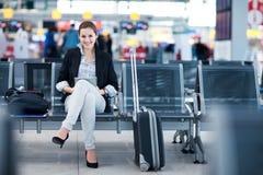 Pasajero femenino joven en el aeropuerto imagen de archivo libre de regalías