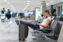 Pasajero femenino joven en el aeropuerto imagenes de archivo
