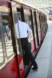 Pasajero masculino anónimo que entra en el tren Imagen de archivo libre de regalías