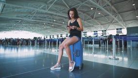 Pasajero, mujer en el aeropuerto, esperando su vuelo Comprobando el pasaporte y remembring el viaje a un hermoso metrajes