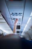Pasajero que ajusta el aire acondicionado sobre su asiento mientras que en boa Imagenes de archivo
