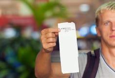 Pasajero que celebra un boleto en su mano Imagen de archivo