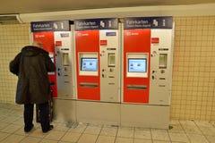 Pasajero que compra el billete de tren máquina automática ferroviaria Foto de archivo libre de regalías