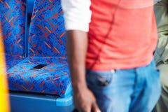 Pasajero que deja el teléfono móvil en Seat del autobús Imagen de archivo