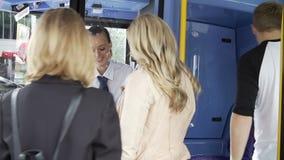 Pasajero que evita pagar mientras que sube al autobús almacen de metraje de vídeo