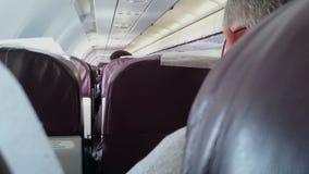 Pasajero que oculta detrás de asiento durante ataque terrorista en el avión Hijacking de aviones almacen de video
