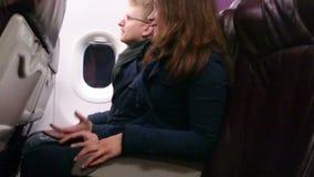 Pasajeros aterrorizados del avión de pasajeros que llevan a cabo las manos, abrazando El estrellarse plano, bajando metrajes
