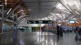 Pasajeros con equipaje dentro del aeropuerto de YVR en Vancouver A.C. Canad?