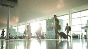 Pasajeros con equipaje en el aeropuerto almacen de video