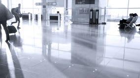 Pasajeros con equipaje en el aeropuerto moderno de Zurich-Kloten