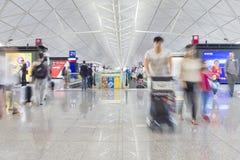 Pasajeros con equipaje en Hong Kong International Airport Imagen de archivo libre de regalías