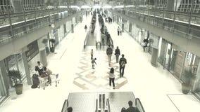 Pasajeros de la llegada en el aeropuerto de Suvanaphumi almacen de video