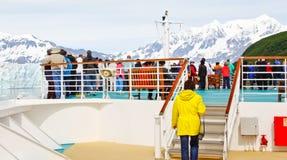 Pasajeros de la travesía de Alaska en el arqueamiento para el glaciar Imagenes de archivo