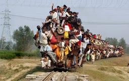 Pasajeros de los servicios ferroviarios indios. foto de archivo
