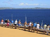 Pasajeros del barco de cruceros en la cubierta que llega en puerto del Caribe Fotos de archivo