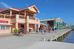 Pasajeros del barco de cruceros que hacen compras en la ciudad de Belice Imagenes de archivo