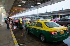 Pasajeros del descenso del taxi en Don Mueang International Airport Imágenes de archivo libres de regalías