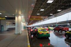 Pasajeros del descenso del taxi en Don Mueang International Airport Foto de archivo libre de regalías