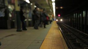 Pasajeros del subterráneo de NYC que suben al cambio inclinable almacen de video