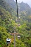 Pasajeros del transporte en barca de teleférico arriba y abajo de la montaña Fotografía de archivo