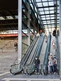 Pasajeros del tren que usan las escaleras móviles. Imagen de archivo