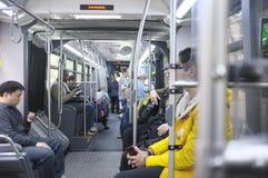 Pasajeros dentro de un autobús Fotos de archivo