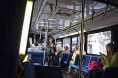 Pasajeros dentro de un autobús del MTA Fotos de archivo libres de regalías