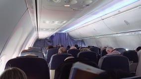 Pasajeros en asientos del jet de los aviones del aeroplano metrajes